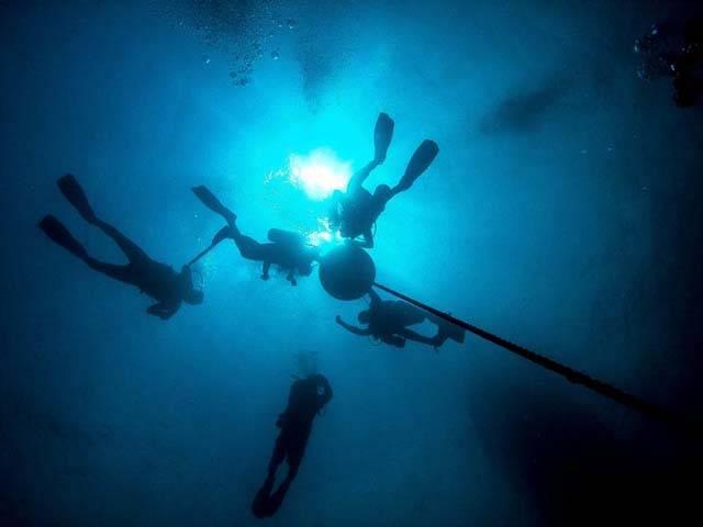 Un equipo de la NASA entrena en una base subacuática para viajar a asteroides