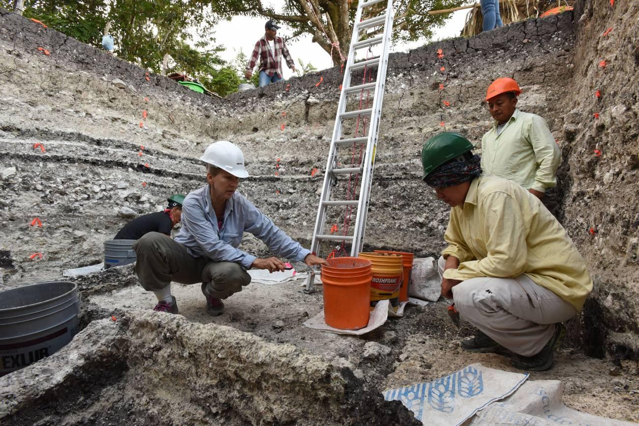 El equipo de arqueólogos trabajando en la extracción de muestras en el yacimiento maya de Aguada Fénix (México) / Takeshi Inomata