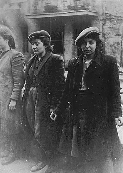Mujeres prisioneras, durante la destrucción del gueto de Varsovia (Polonia) en 1943