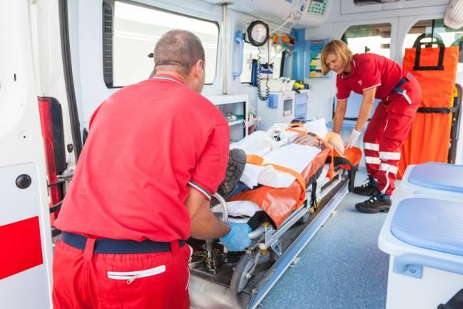 Paciente infartado trasladado en ambulancia. / Fotolia