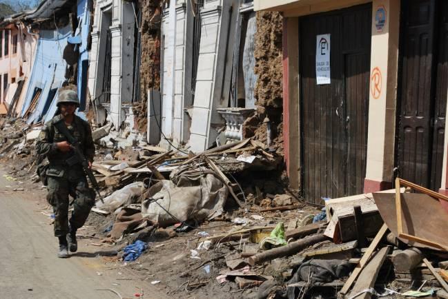 Un militar pasea entre escombros después del terremoto que azotó Chile en el año 2010. /  Diariodeflo