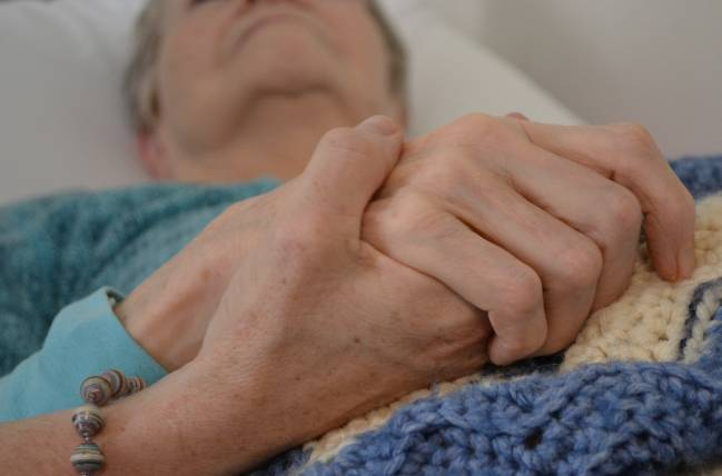 Un paciente de alzhéimer acompañado de un familiar. Imagen: Mtsofan