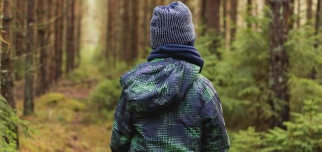 niño en un bosque