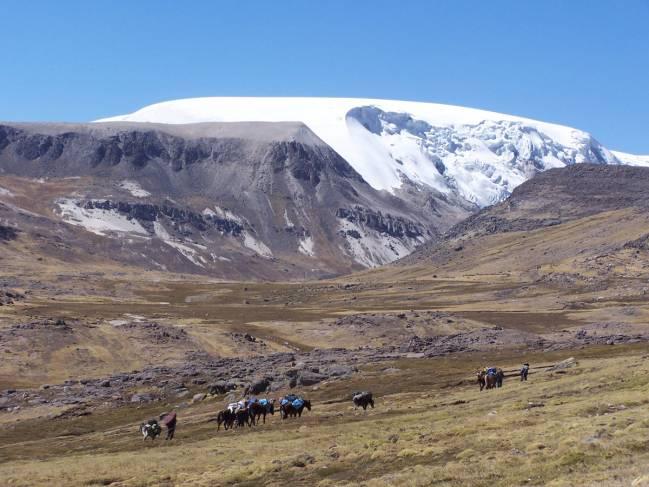 Los vientos llevaron la contaminación 500 millas al noroeste en Perú, donde diminutos restos se depositaron en el Glaciar Quelccaya