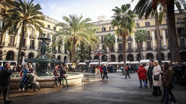 Plaza de Barcelona con gente