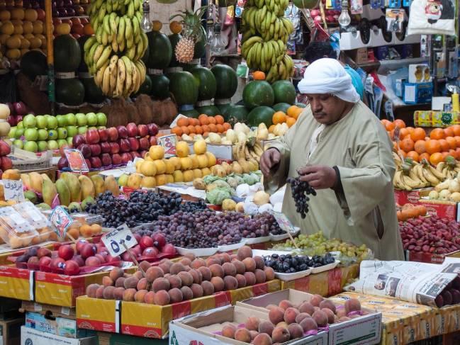 hombre en un mercado de El Cairo