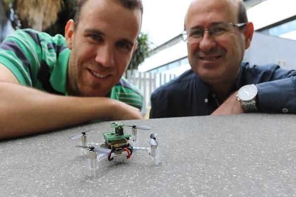 Los investigadores Javier Burgués y Santiago Marco, de la Facultad de Física de la Universidad de Barcelona y del Instituto de Bioingeniería de Cataluña (IBEC).