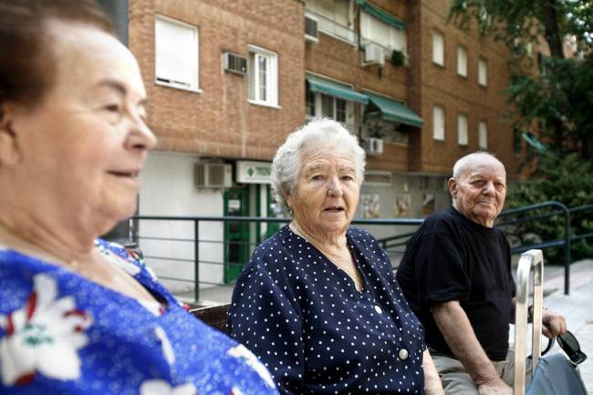 tres ancianos en un banco