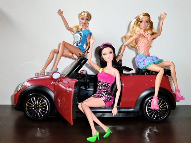 En muchos anuncios de muñecas y accesorios la figura femenina se relaciona con la belleza./ Lil wiz