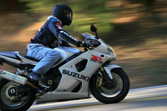 A 120 km/h, el ruido dentro de un casco de moto es similar al que existe en la cabina de un caza reactor