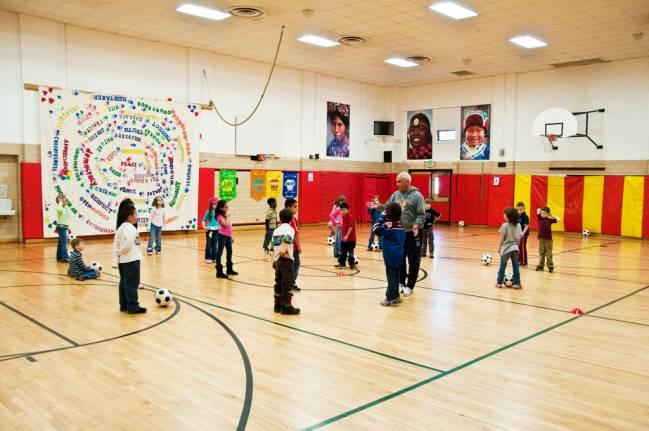 La educación física refuerza el trabajo en equipo y la superación. / You Belong in Longmont
