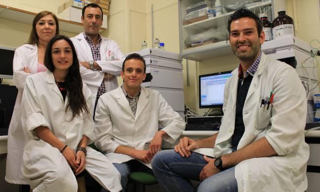Parte del equipo investigador de la UGR, y de parte de éste. De izquierda a derecha: Inmaculada Jiménez, Chiara Pozzuoli, José Manuel Molina, Juan Pedro Arrebola y Francisco Artacho.