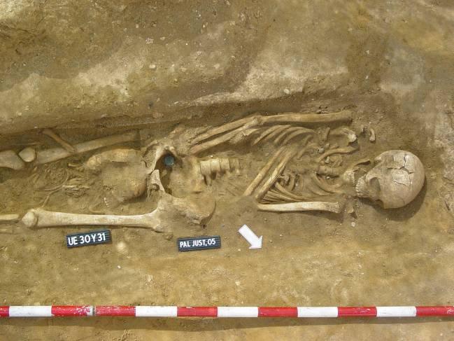 Este trabajo trata de documentar arqueológicamente la presencia de moneda en las necrópolis de las antiguas ciudades de Gadir (Cádiz), Malaca (Málaga) y Ebusus (Ibiza).