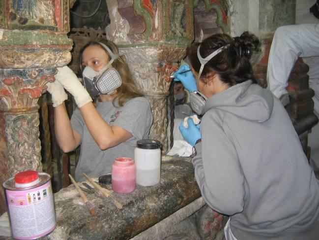 Dos restauradoras trabajan en el sepulcro de San Vicente