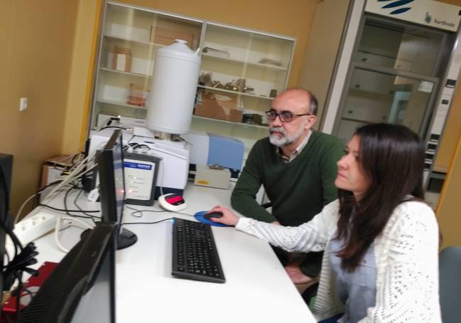 Juan Jesús López González y Mª Mar Quesada trabajan en uno de los equipos del CICT de la UJA.