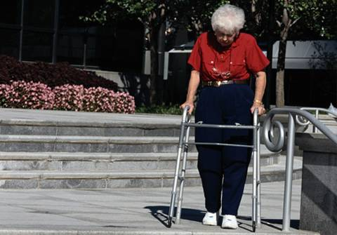 Las consecuencias derivadas de las caídas en personas mayores a menudo generan situaciones de dependencia.