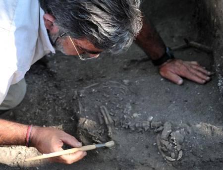 El investigador de la UC Ángel Armendáriz, excavando los restos del Perro de Sado.