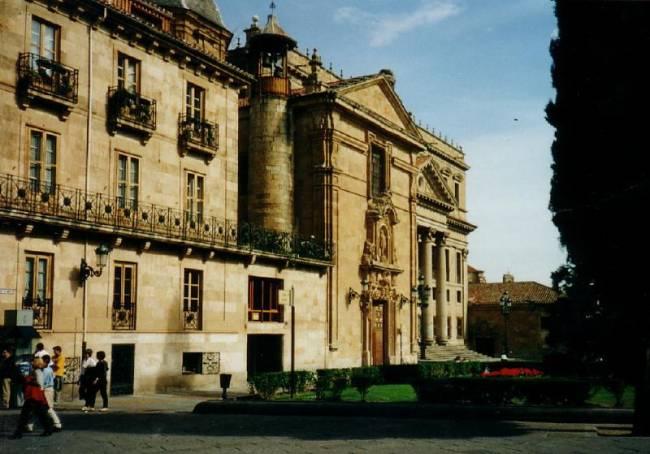 Fachada de la Universidad de Alcalá. Foto: Jason Enright.