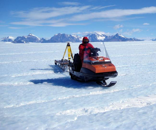 Sensor sobre un trineo arrastrado por una motonieve en la región del 'hielo azul'.