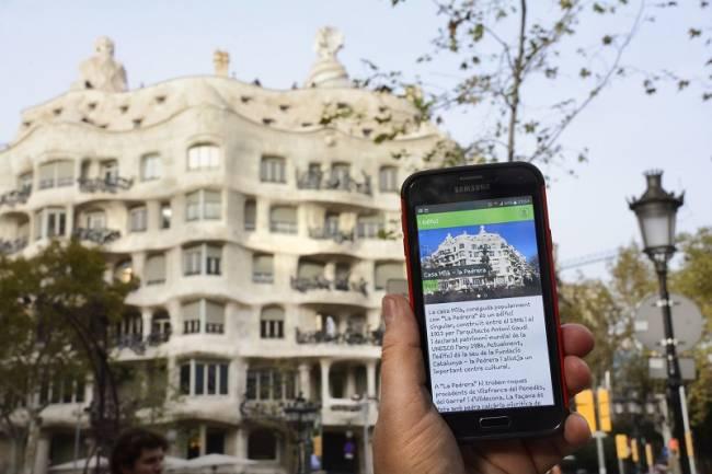 Barcelona Rokcs es una nueva aplicación para dispositivos móviles inteligentes que invita a descubrir la ciudad de Barcelona desde una nueva perspectiva científica y cultural.