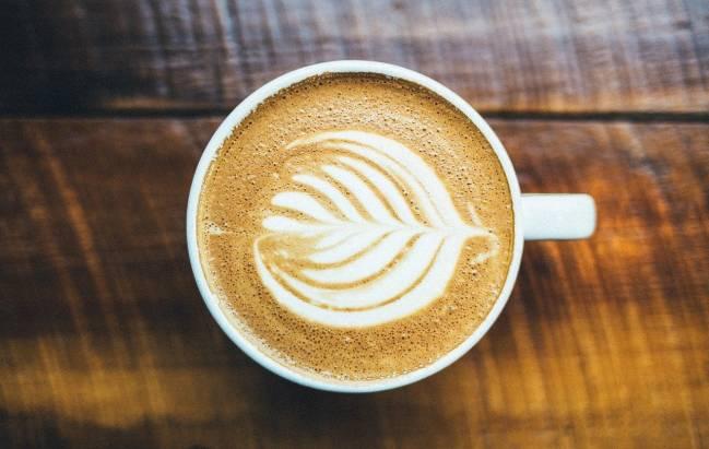 una taza de café sobre una mesa