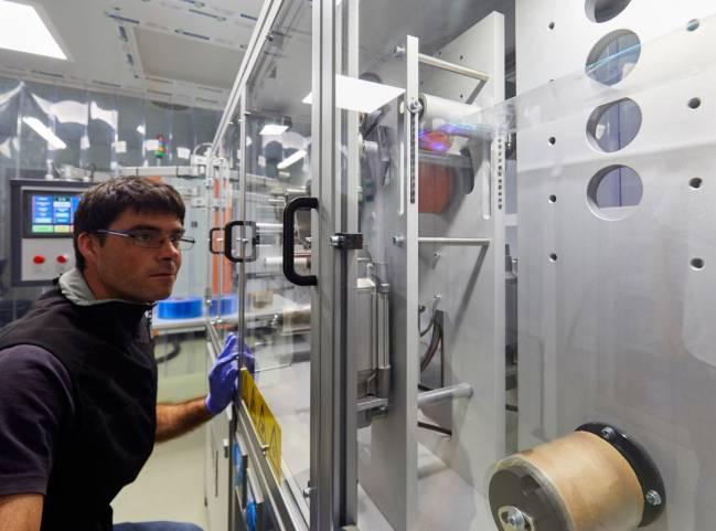 hombre en el laboratorio con los bioenvases
