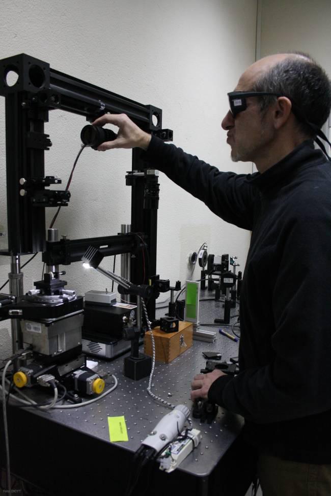 El físico Pablo Moreno realiza experimentos con el láser