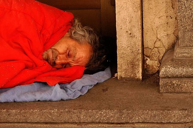 El estudio no ha encontrado diferencias entre dormir al raso o en un centro de acogida / César Astudillo.