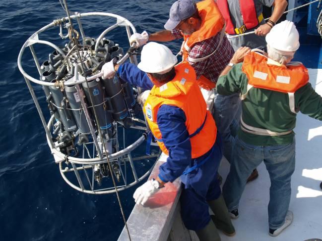 Científicos del IEO toman muestras en el Mediterráneo.