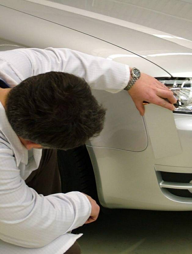 Inspección de igualación visual de color en un coche.