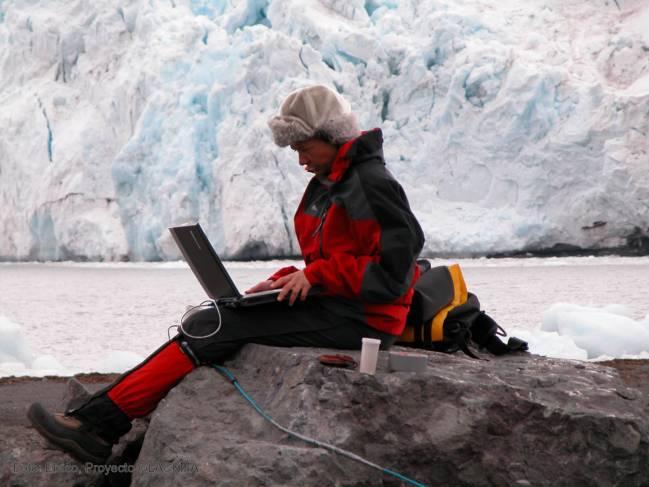 Carmen Domínguez, de la Universidad de Salamanca, y Adolfo Eraso, de la Politécnica de Madrid, miden la descarga de los glaciares y creen que el fenómeno es puntual.