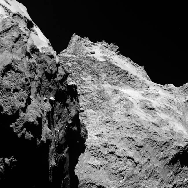 """La parte izquierda de las imágenes muestra el ala lateral del """"cuerpo"""" del cometa, mientras que la derecha es la parte de atrás de su """"cabeza"""". La imagen fue tomada por Osiris, el sistema de toma de imágenes científicas de 'Rosetta', el 5 de septiembre desde una distancia de 62 kilómetros."""