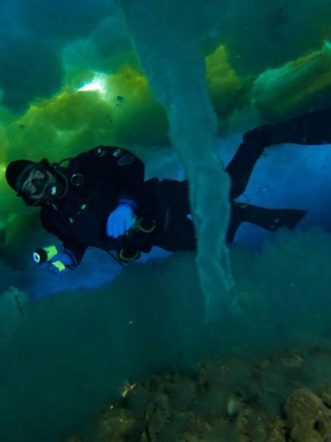 Tubo de hielo marino formándose con un flujo de salmuera en el agua profunda.