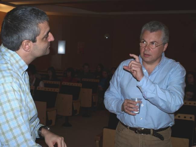 A la derecha, Reinhardt Faëssler, investigador del Max Planck Institute of Biochemistry de Munich (Alemania), conversa con Xosé Bustelo.