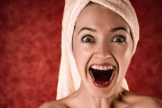 mujer con la boca abierta
