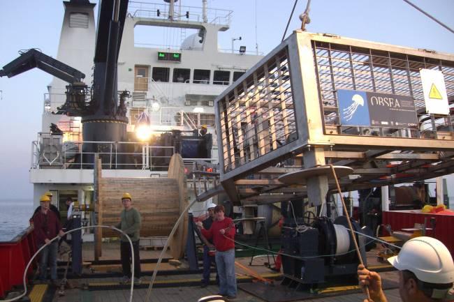 Momento de la instalación del OBSEA en la costa de Vilanova i la Geltrú