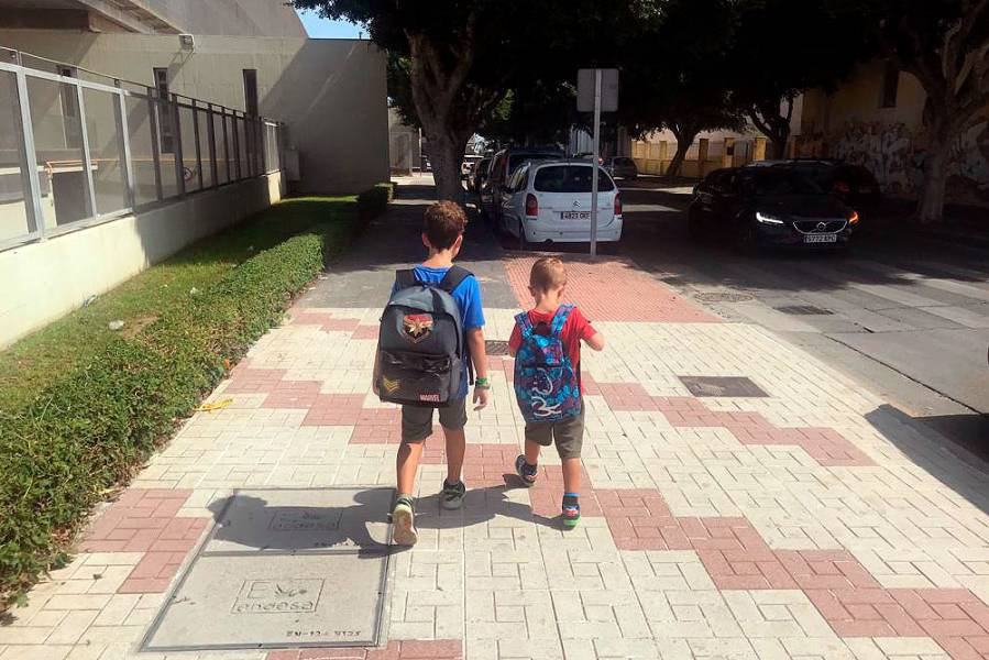 Dos niños de camino al colegio en un momento del estudio