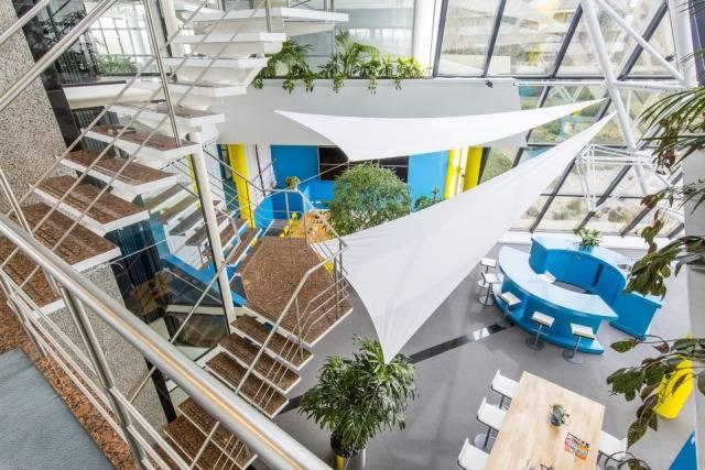 espacio de trabajo con diseño biofílico