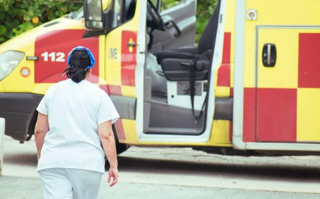 Enfermera se acerca a una ambulancia