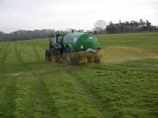 Aplicación de purines en suelo agrícola.