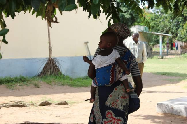 Madre e hijo saliendo de un hospital en el sur de Mozambique