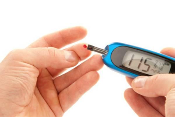 hombre consultando sus niveles de glucosa