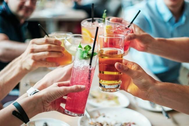 gente bebiendo en una mesa
