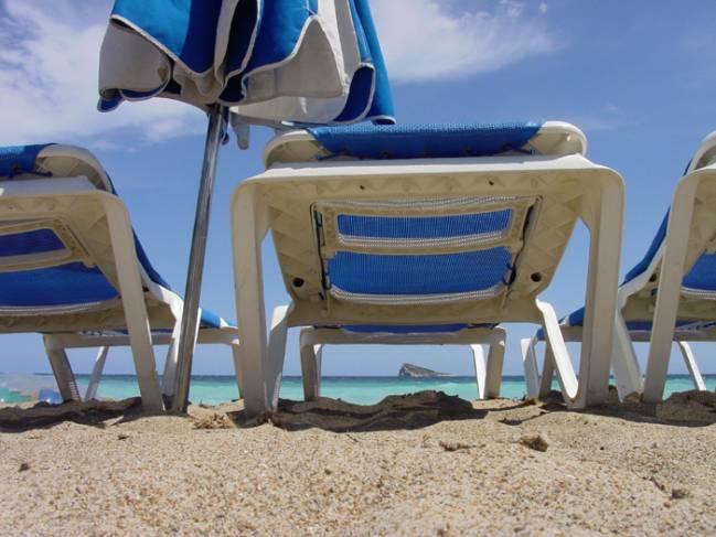 Fotografía de una tumbona en la playa. Imagen: Benidorm.