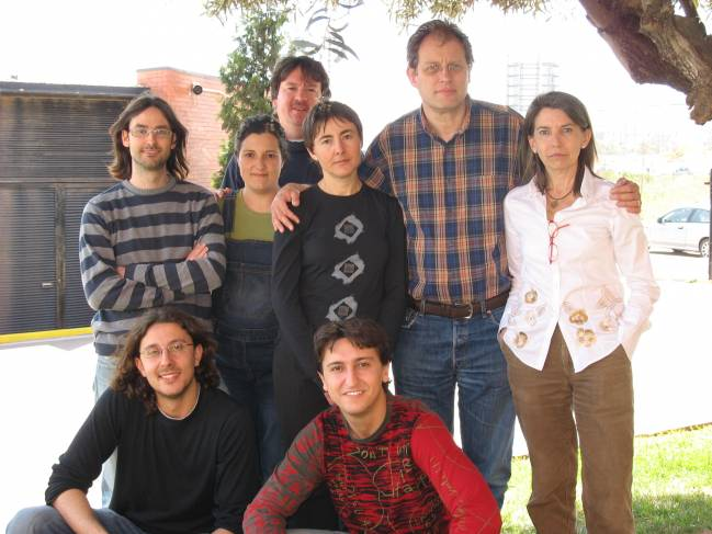 En la imagen, Margarita Orejas (a la dcha.) junto a los investigadores del grupo de Biotecnología de Hongos