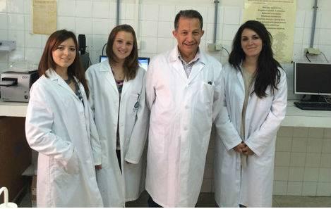 El profesor de la Universidad de Granada Ahmad Agil Abdalla, quien lidera este estudio, en el laboratorio con parte de su equipo (UGRdivulga)