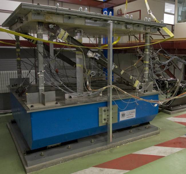 Mesa sísmica instalada en el Laboratorio de Estructuras de la UGR para simular terremotos