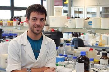 Javier Erro en el laboratorio en el que trabaja, en la empresa Timac AGRO.
