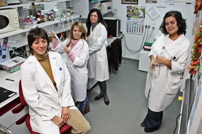 Investigadores de la Universidad de Huelva en el laboratorio