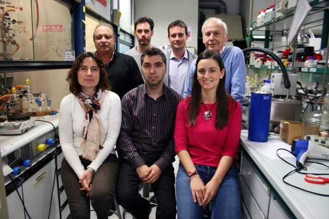Ernesto Carmona (primero de la derecha)junto a su grupo de investigación en cicCartuja
